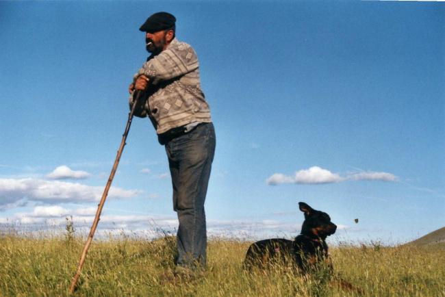 Le berger Thierry et le chien Tinée.