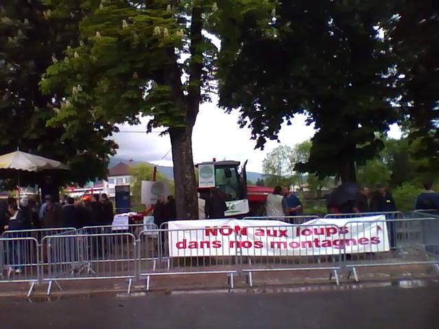 Environ 300 manifestants se tenaient à l'entrée du tribunal pour soutenir Franck Michel
