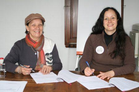 signature de la convention de mise à disposition du terrain communal entre Mme le Maire de Melles et la vice-présidente de Ferus